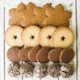Chiuda su dei biscotti misti di Natale come fondo fotografia stock libera da diritti