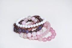 Chiuda su dei braccialetti del quarzo di Rosa Fotografie Stock