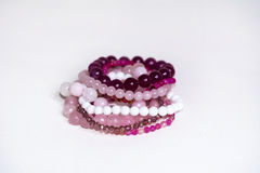 Chiuda su dei braccialetti del quarzo di Rosa Immagine Stock Libera da Diritti