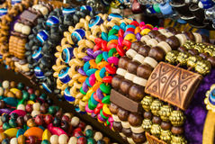 Chiuda su dei braccialetti intrecciati di legno variopinti luminosi con le perle al mercato di strada, Mosca Fotografia Stock