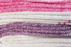 Chiuda su dei calzini multicolori caldi Immagini Stock