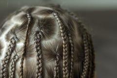 Chiuda su dei capelli della treccia della bambina immagini stock libere da diritti