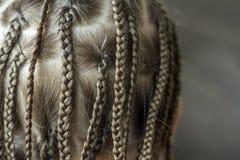 Chiuda su dei capelli della treccia della bambina fotografia stock libera da diritti