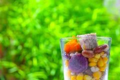 Chiuda su dei cereali della miscela e del fondo verde fresco naturale Immagini Stock
