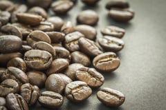 Chiuda su dei chicchi di caffè arrostiti, fuoco selettivo Immagine Stock