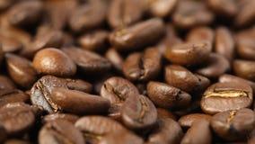 Chiuda su dei chicchi di caffè giranti stock footage
