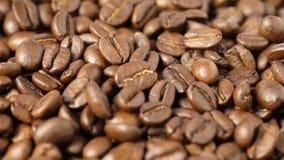 Chiuda su dei chicchi di caffè giranti video d archivio