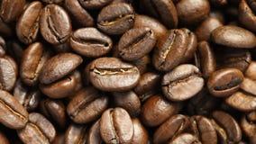 Chiuda su dei chicchi di caffè giranti archivi video