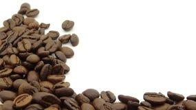 Chiuda su dei chicchi di caff? arrostiti su fondo bianco immagini stock