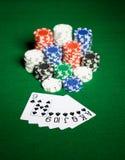 Chiuda su dei chip e delle carte da gioco del casinò Fotografie Stock Libere da Diritti