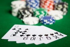 Chiuda su dei chip e delle carte da gioco del casinò Fotografia Stock