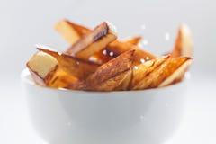 Chiuda su dei chip salati in ciotola bianca Fotografia Stock Libera da Diritti
