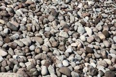 Chiuda su dei ciottoli e delle pietre grigi Fotografia Stock