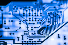 Chiuda su dei circuiti elettronici nella tecnologia sul bordo di logica del fondo del computer di mainboard, la scheda madre del  Immagine Stock Libera da Diritti