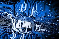 Chiuda su dei circuiti elettronici sul bordo di logica del fondo del computer della tecnologia di mainboard, la scheda madre del  fotografia stock