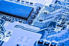 Chiuda su dei circuiti elettronici sul bordo di logica del fondo del computer della tecnologia di mainboard, la scheda madre del  Fotografia Stock Libera da Diritti