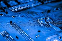 Chiuda su dei circuiti elettronici sul bordo di logica del fondo del computer della tecnologia di mainboard, la scheda madre del  Immagini Stock Libere da Diritti