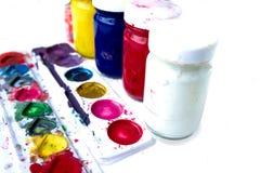Chiuda su dei colori di manifesto variopinti con il fuoco selettivo Immagini Stock