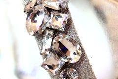 Chiuda su dei cristalli di rocca sulle scarpe Fotografia Stock