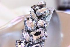 Chiuda su dei cristalli di rocca sulle scarpe Immagine Stock