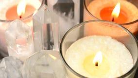 Chiuda su dei cristalli e delle candele archivi video