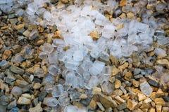 Chiuda su dei cubetti di ghiaccio sulla terra Fotografia Stock Libera da Diritti