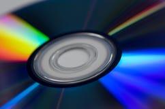 Chiuda su dei dischi presentati sulla tavola con fondo bianco Fotografia Stock