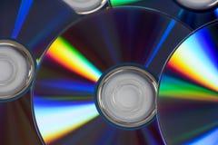 Chiuda su dei dischi presentati sulla tavola con fondo bianco Fotografie Stock