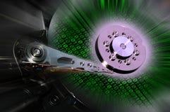 Chiuda su dei dischi rigidi aperti del computer con gli effetti verdi di codice binario Fondo Fotografia Stock
