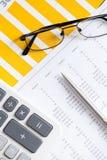 Chiuda in su dei documenti e dei vetri di affari Immagini Stock