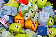 Chiuda in su dei dreidels di hanukkah immagine stock libera da diritti