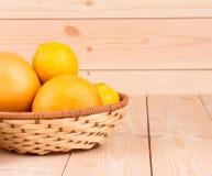 Chiuda su dei frutti maturi sulla tavola di legno Immagini Stock