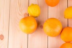 Chiuda su dei frutti maturi sulla tavola di legno Immagine Stock Libera da Diritti