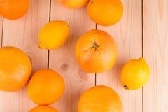 Chiuda su dei frutti maturi sulla tavola di legno Fotografia Stock Libera da Diritti