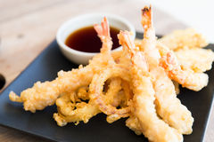 Chiuda su dei gamberetti e della salsa di soia fritti in grasso bollente Fotografia Stock
