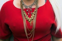 Chiuda su dei gioielli d'uso della giovane donna elegante, collana immagini stock libere da diritti