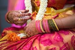 Chiuda su dei gioielli indiani di nozze immagini stock libere da diritti