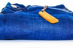 Chiuda su dei jeans di modo ed identifichi l'etichetta immagine stock