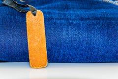 Chiuda su dei jeans di modo ed identifichi l'etichetta fotografia stock