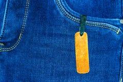 Chiuda su dei jeans di modo ed identifichi l'etichetta fotografia stock libera da diritti