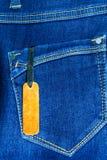 Chiuda su dei jeans di modo ed identifichi l'etichetta immagini stock