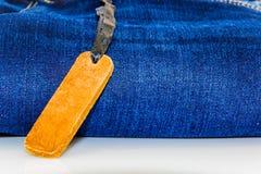 Chiuda su dei jeans di modo ed identifichi l'etichetta fotografie stock libere da diritti