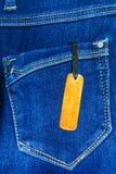 Chiuda su dei jeans di modo ed identifichi l'etichetta fotografie stock