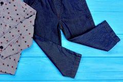 Chiuda su dei jeans e della camicia per il neonato Immagini Stock Libere da Diritti