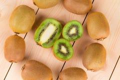 Chiuda su dei kiwi maturi affettati Immagini Stock Libere da Diritti