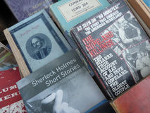 Chiuda su dei libri dentro usati ed esauriti sulla tavola del libraio Immagine Stock