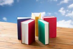 Chiuda su dei libri sulla tavola di legno Fotografia Stock