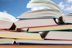 Chiuda su dei libri sulla tavola di legno Immagini Stock Libere da Diritti