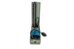 Chiuda su dei manometri dello strumento del monitor di pressione sanguigna di vecchio stile Fotografie Stock