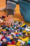 Chiuda su dei mattoni di plastica variopinti sul pavimento Presto imparando Giocattoli di sviluppo Il costruttore di plastica dei fotografia stock libera da diritti